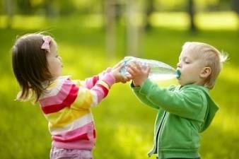 Dodržovat pitný režim u dětí je velmi důležité